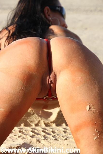 Sexy Australian girl in daring extreme o-ring skin bikini